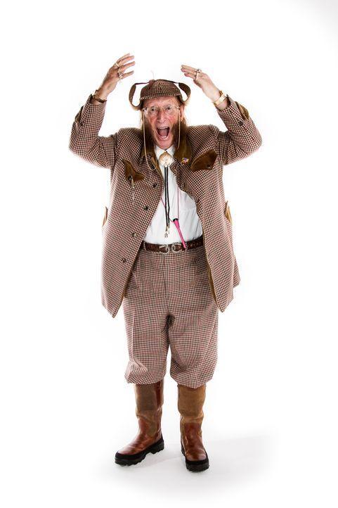 Ist der Pferderennexperte John McCririck, bekannt für seine unverwechselbare extravagante Kleidung mit großer Sherlock-Holmes-Mütze, Koteletten und... - Bildquelle: Licensed by Fremantle Media Enterprises Ltd.