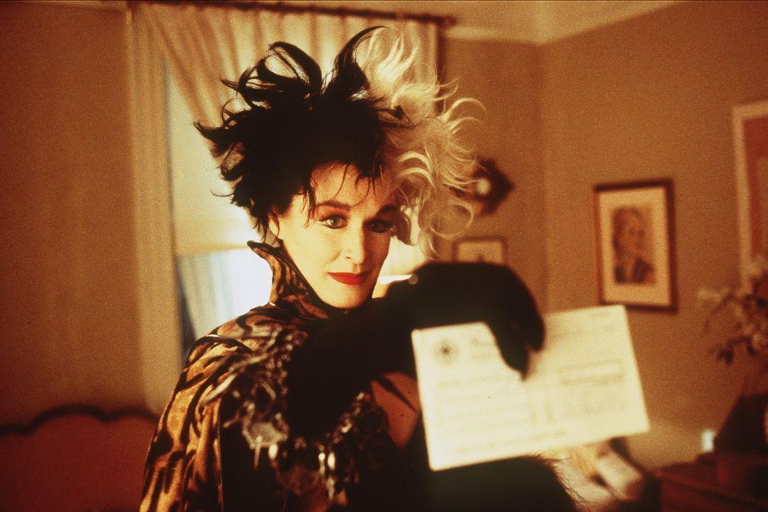 Wenn die überspannte Mode-Designerin Cruella DeVil (Glenn Close) etwas will, dann nimmt sie es sich - wenn nötig mit Gewalt ... - Bildquelle: Buena Vista Pictures