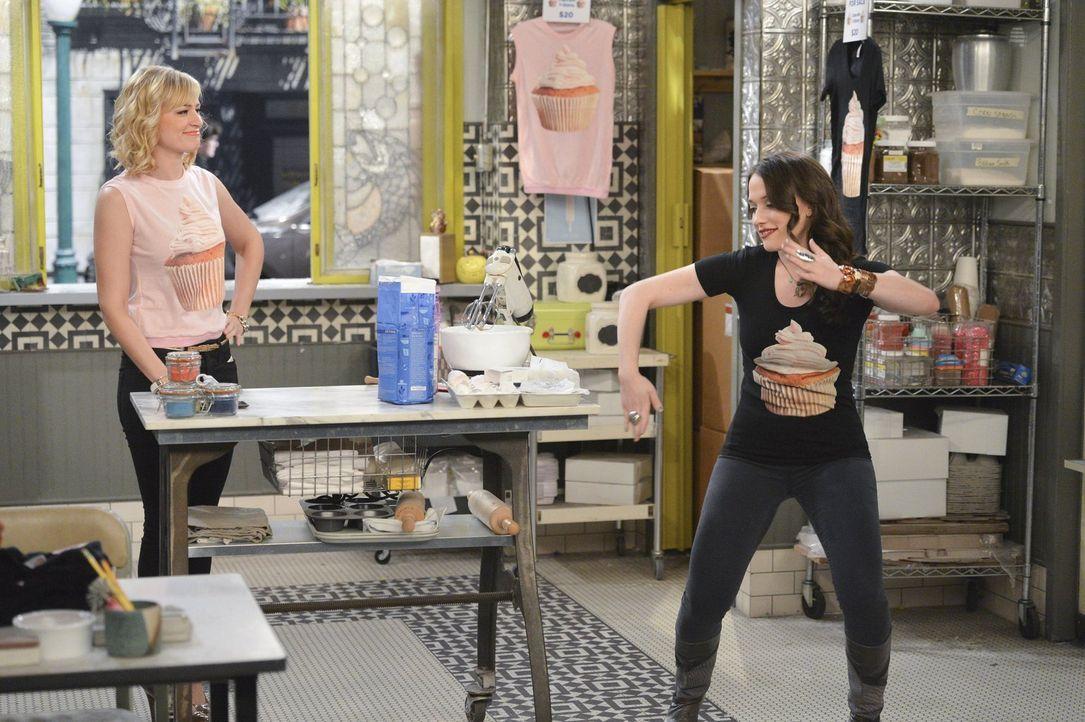 Noch ahnen Caroline (Beth Behrs, l.) und Max (Kat Dennings, r.) nicht, dass ihre Cupcake-T-Shirts nicht länger einzigartig sind ... - Bildquelle: Warner Bros. Television