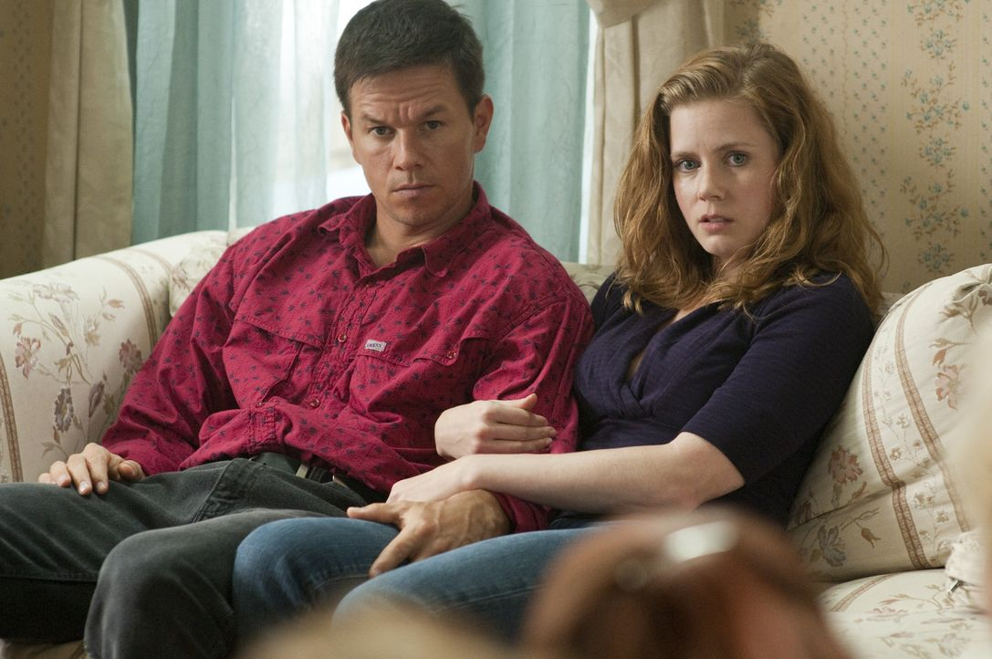 Als Dicky im Gefängnis landet, gelingt es Charlene (Amy Adams, r.), Micky (Mark Wahlberg, l.) aus seiner Familie zu lösen. Schon sehr bald fahrt der... - Bildquelle: 2010 Fighter, LLC All Rights Reserved