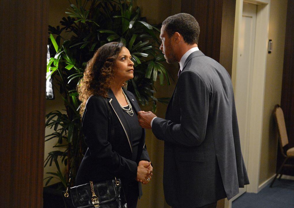 Geraten aneinander: Jackson (Jesse Williams, r.) und seine Mutter Catherine (Debbie Allen, l.) ... - Bildquelle: Touchstone Television