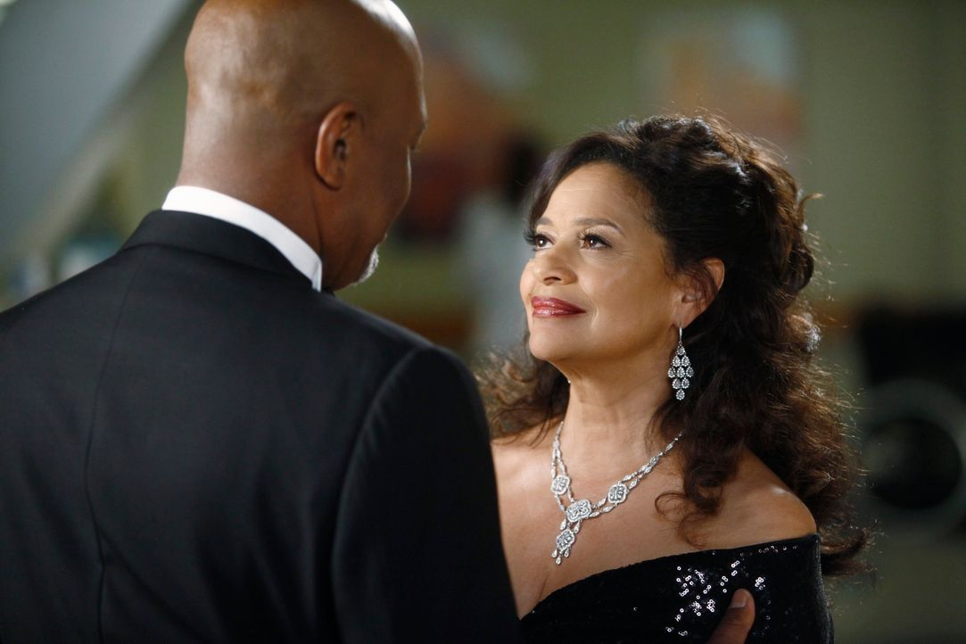 Jacksons Mutter Catherine (Debbie Allen, r.) kehrt zurück ins Seattle Grace und entwickelt großes Interesse an Webber (James Pickens jr., l.). Doch... - Bildquelle: ABC Studios