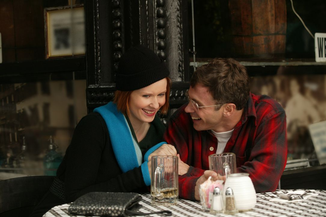 Impulsiv macht Miranda (Cynthia Nixon, l.) Steve (David Eigenberg, r.) einen Heiratsantrag, den dieser überrascht, aber mit Freude annimmt ... - Bildquelle: Paramount Pictures