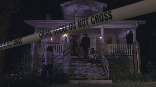 Drei maskierte Männer stürmen das Haus von Lee und Becky in Colorado Springs...