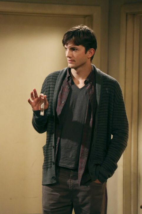Wird von Larry verdächtigt, eine Affäre mit Lyndsey zu haben: Walden (Ashton Kutcher) ... - Bildquelle: Warner Bros. Television