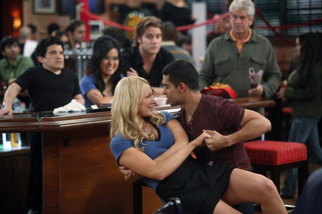 Chelsea (Laura Prepon, l.) und Tommy (Wilmer Valderrama, r.) sind glücklich miteinander, bis dieser zu den New York Yankees wechselt ... - Bildquelle: Warner Bros. Television