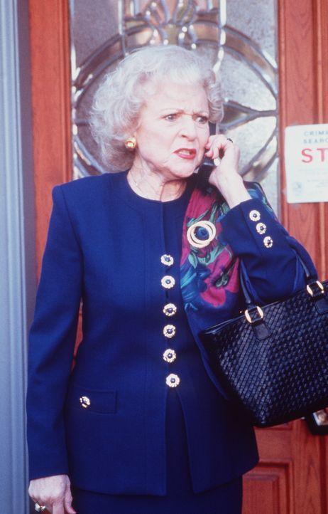 Dora Sloan (Betty White), die Chefin einer Reiseagentur, telefoniert auf Marks Kosten in der Welt herum. - Bildquelle: Viacom