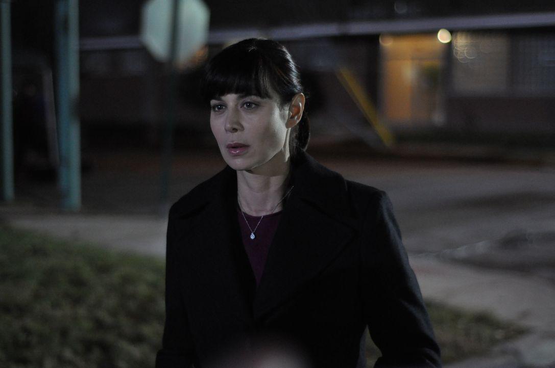 Muss sich völlig auf ihre Stärken als Ex-Marine besinnen, um das Leben ihres Mannes zu retten: Abby Collins (Catherine Bell), die nicht ahnt, dass i... - Bildquelle: 2011 Sony Pictures Television Inc. All Rights Reserved.