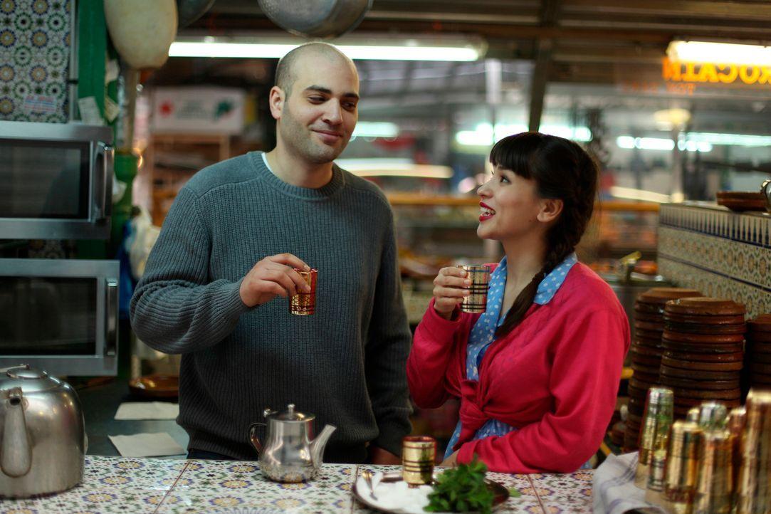 Nach vielen Stunden auf wunderbaren Märkten, in kleinen Läden und in der kleinsten Restaurantküche der Welt, lernt Rachel Khoo (r.) mit Bejaoui A... - Bildquelle: Daniel Lucchesi Plum Pictures 2012