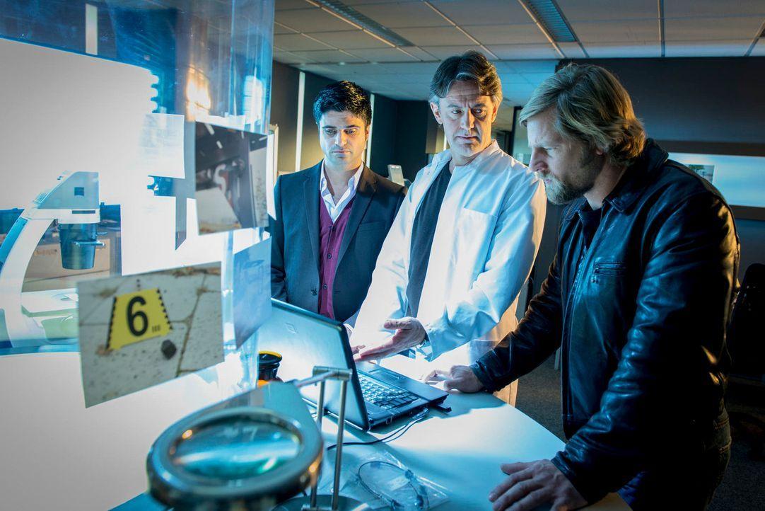Bringen Licht ins Dunkel: (v.l.n.r.) Andreas (Maximilian Grill), Meisner (Robert Lohr) und Mick (Henning Baum) ... - Bildquelle: Martin Rottenkolber SAT. 1