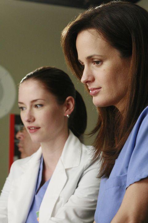 Alex ist überrascht, als plötzlich Ava (Elizabeth Reaser, r.) im Krankenhaus auftaucht. Er schmuggelt sie auf die Galerie, damit sie bei einer OP zu... - Bildquelle: Touchstone Television
