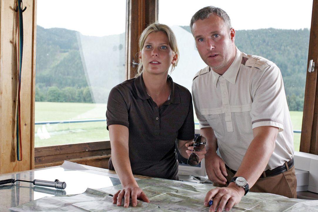 Franzl (Arthur Klemt, r.) bekommt gerade einen Notruf, als Andrea (Valerie Niehaus, l.) auf dem kleinen Flughafen eintrifft. Kurz entschlossen macht... - Bildquelle: Sat.1