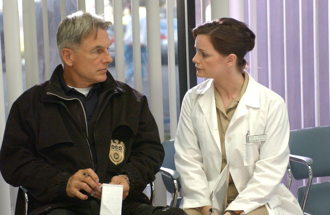 Nachdem ein Commander auf spektakuläre Weise ums Leben gekommen ist, versucht Gibbs (Mark Harmon, l.) von Ärztin Dr. Byers (Stacy Edwards, r.) einen... - Bildquelle: CBS Television