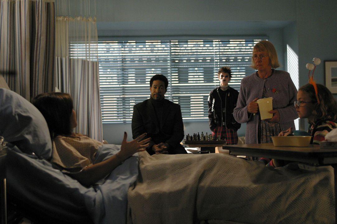 Joan (Amber Tamblyn, l.) wird ins Krankenhaus eingeliefert und als sie erfährt, dass ihre Krankheit mit Halluzinationen einhergeht, ist sie verunsi... - Bildquelle: Sony Pictures Television