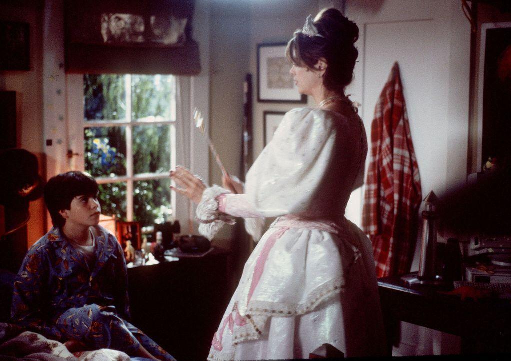 Als Katherine (Kirstie Alley, r.) mit Hilfe des kleinen Bobby (Ross Malinger, l.) endlich begreift, wie leer ihr Leben wirklich war, geschieht ein g... - Bildquelle: Disney
