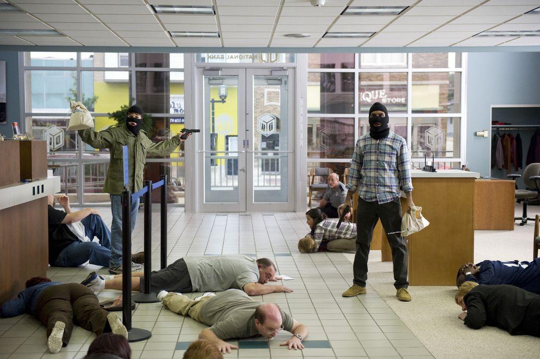 Als zwei Kriminelle Pizzabote Nick (Jesse Eisenberg, l.) während einer Liefertour überfallen, ihm eine ferngesteuerte Bombe um die Hüfte binden u... - Bildquelle: Wilson Webb 2011 MRC II Distribution Company L.P. All Rights Reserved.
