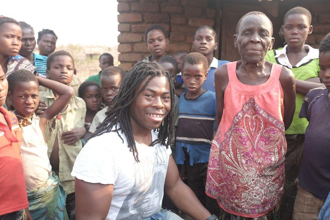 Malawi ist ein extrem armes afrikanisches Land, in dem es nicht nur an Nahrung, sondern auch an ärztlicher Versorgung fehlt. Ade Adepitan (vorne M.)... - Bildquelle: Quicksilver Media