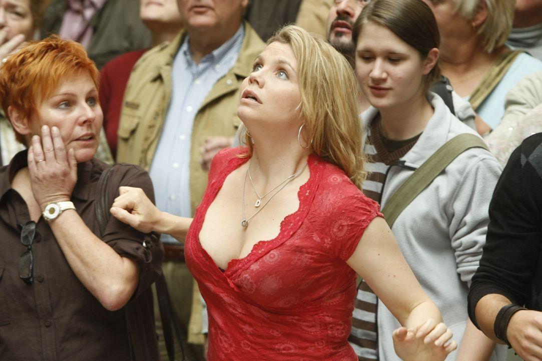 Kann nicht fassen, was Viktoria vor hat: Danni Lowinski (Annette Frier, M.) ... - Bildquelle: Frank Dicks SAT.1