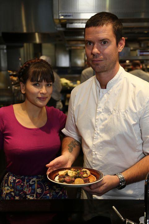 In Stockholm möchte Rachel (l.) herausfinden, was das schwedische Essen im Moment so beliebt macht. Johan (r.), der Koch im Oaxen Restaurant,  zeigt... - Bildquelle: Richard Hill BBC 2014