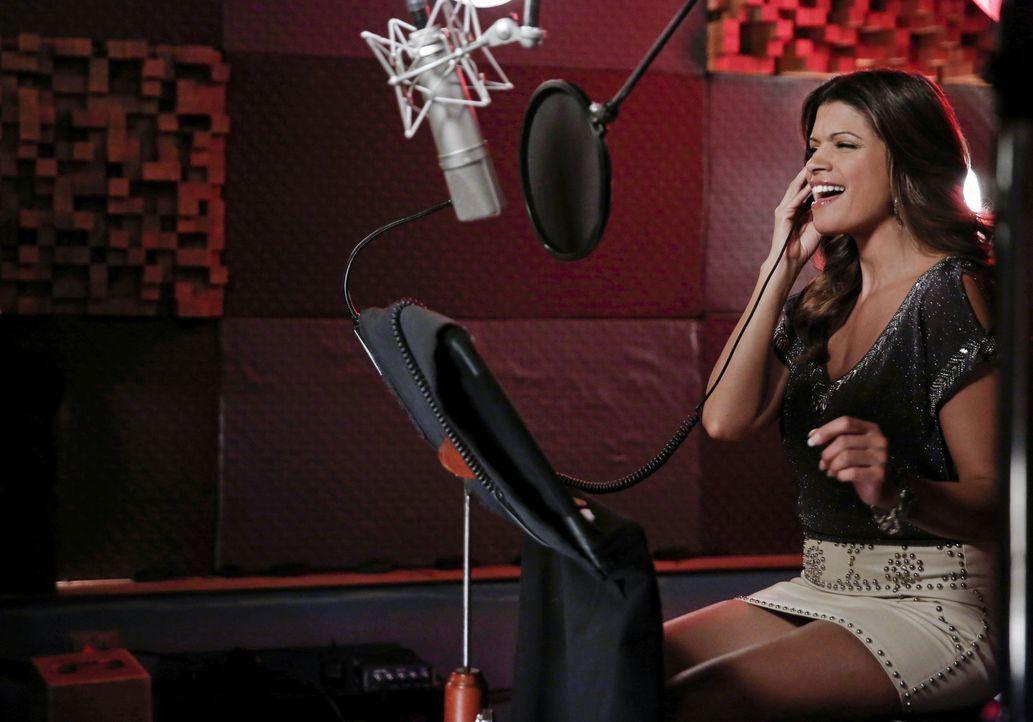 Petra plant weiter Rafaels Leben komplizierter zu machen, während Xo (Andrea Navedo) auf die große Karriere als Sängerin hofft ... - Bildquelle: 2014 The CW Network, LLC. All rights reserved.