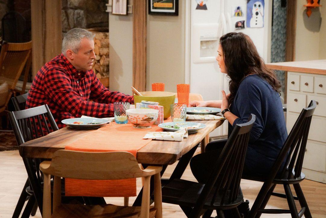 Adam (Matt LeBlanc, l.) muss seiner Tochter wertvolle Ratschläge bei Frauenproblemen geben, als Andi (Liza Snyder, r.) nicht erreichbar ist. Was ihm... - Bildquelle: Monty Brinton 2016 CBS Broadcasting, Inc. All Rights Reserved