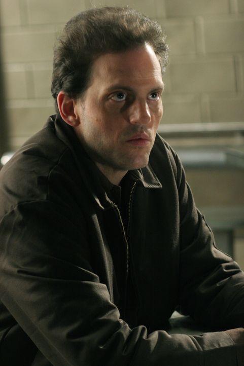 James Hogan (Silas Weir Mitchell), wegen Mordes an seiner Großmutter im Gefängnis, schreibt an Rush ständig Liebesbriefe. In einem der Briefe erwähn... - Bildquelle: Warner Bros. Television