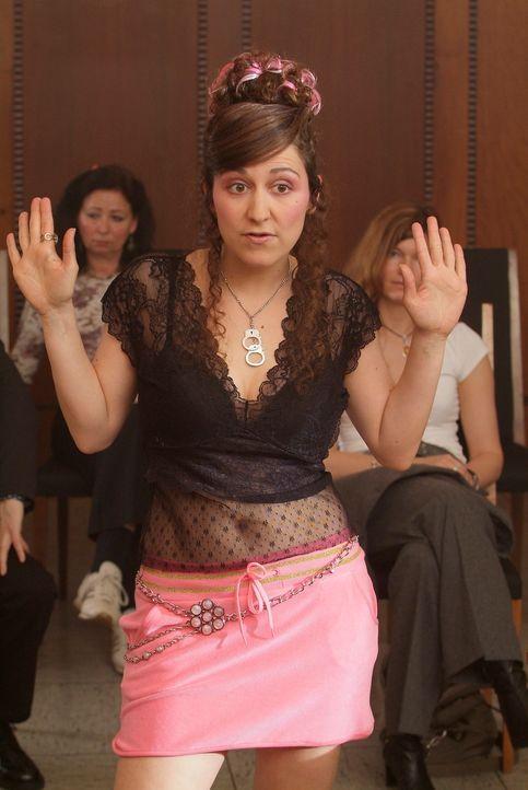 Wer vor Gericht erscheint, sollte zumindest auf ein gepflegtes Äußeres achten. Ist ja schließlich kein Swingerclub! (Shirin Soraya) - Bildquelle: Guido Engels Sat.1