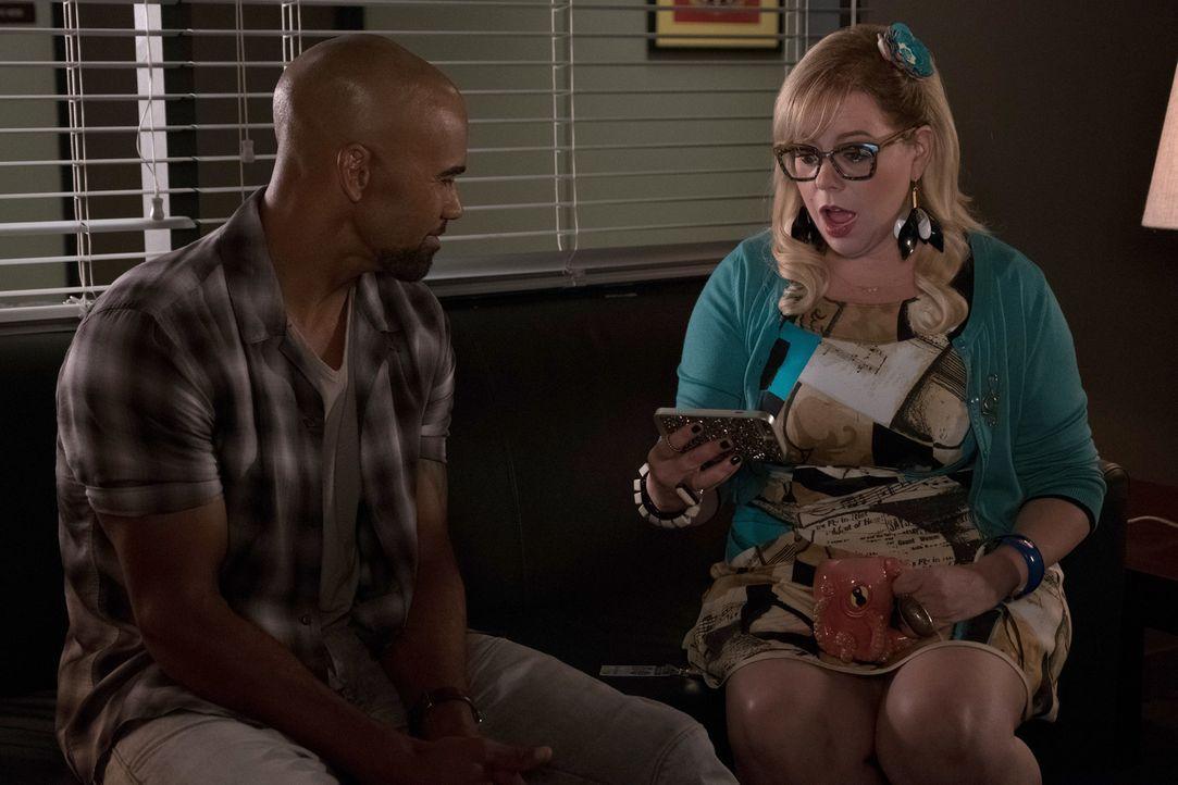 Garcia (Kirsten Vangsness, r.) weiht den attraktiven Derek (Shemar Moore, l.) in den neusten Fall ein. Ist der Täter etwa ein alter Bekannter? - Bildquelle: ABC Studios
