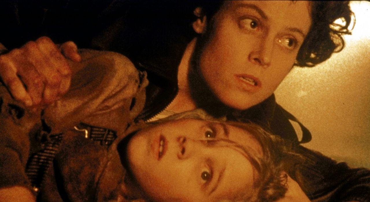 Ripley (Sigourney Weaver, oben) wirft sich schützend über Newt (Carrie Henn, unten), und ist zu allem entschlossen, um das Mädchen nicht in die H... - Bildquelle: 20th Century Fox of Germany