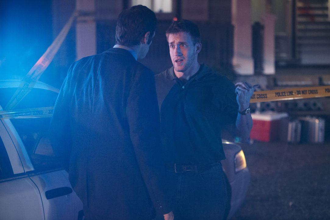 Wer hat den 21-jährigen Football-Spieler Trent Digiuro auf seiner Veranda erschossen? Ermittler Don Evans (Todd Royle, l.) befragt Trents College-Ku... - Bildquelle: Darren Goldstein Cineflix 2011