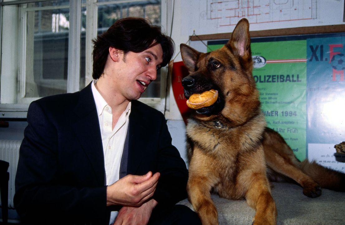 Nach getaner Arbeit gönnt sich Rex einen kleinen Imbiss. Kommissar Moser (Tobias Moretti, l.) hat dafür vollstes Verständnis ... - Bildquelle: Ali Schafler Sat.1