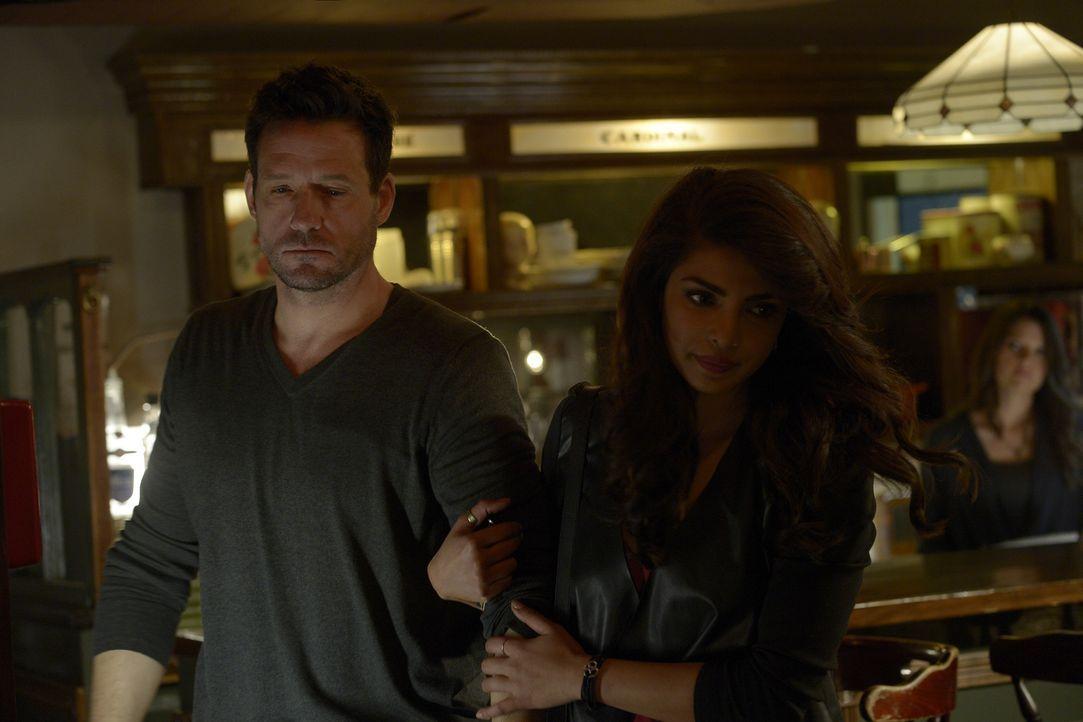 Ein feuchtfröhlicher Abend: Alex (Priyanka Chopra, r.) und Liam (Josh Hopkins, l.) ... - Bildquelle: Philippe Bosse 2015 ABC Studios