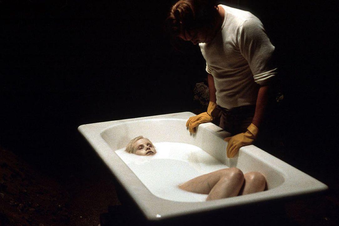 Serienmörder Carl Stargher (Vincent D'Onofrio) foltert seine jungen weiblichen Opfer erst stundenlang in einer gläsernen Zelle, bevor er sie im blei... - Bildquelle: Kinowelt Filmverleih