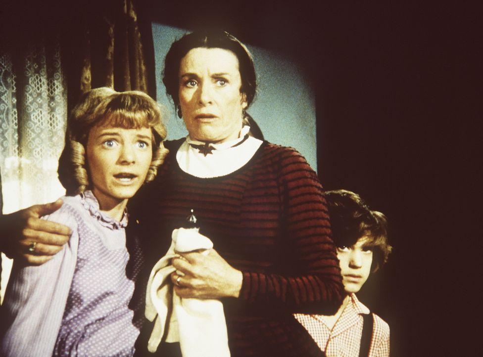 Nellie Oleson (Alison Arngrim, l.) und ihr Bruder Willie (Jonathan Gilbert, r.) flüchten vor ihrem zornigen Vater zu ihrer Mutter (Katherine MacGre... - Bildquelle: Worldvision