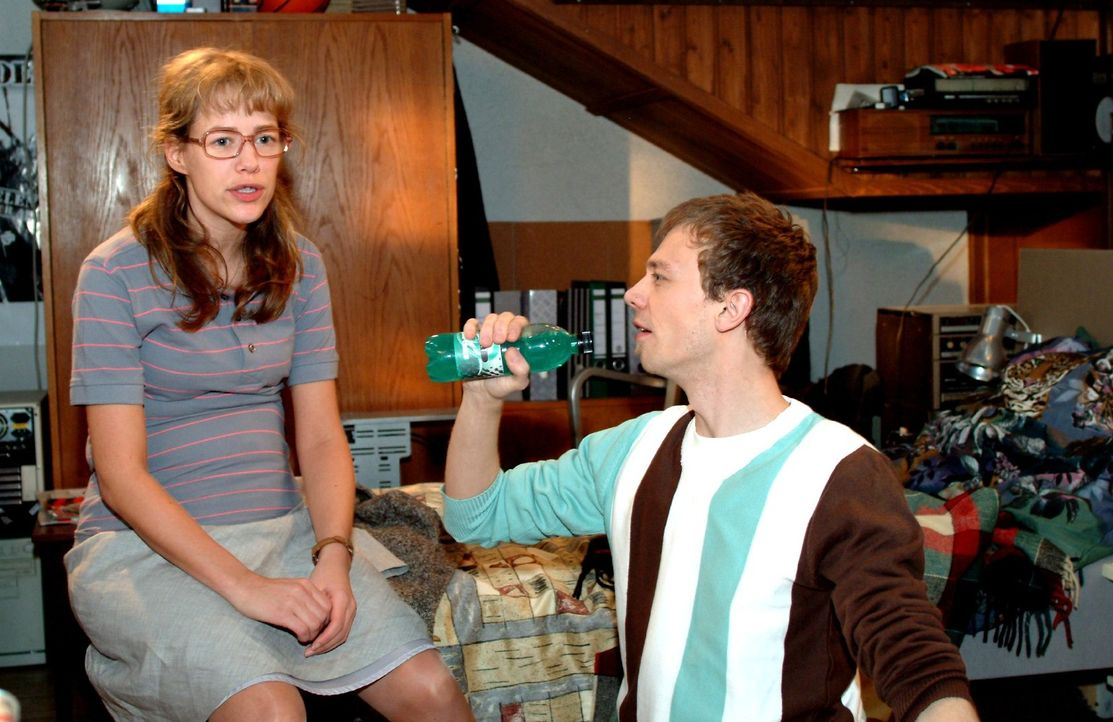 Jürgen (Oliver Bokern, r.) lässt den Auftritt von Lisa (Alexandra Neldel, l.) gekonnt Revue passieren. Die kann mittlerweile selber darüber lache... - Bildquelle: Sat.1