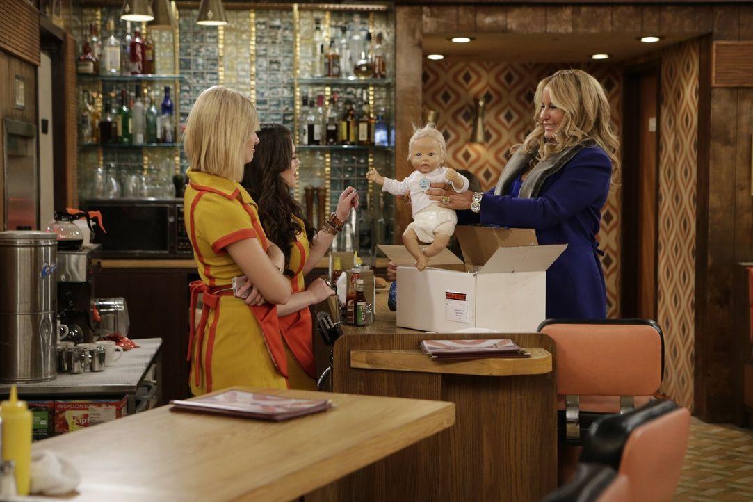 Um sich auf ein zukünftiges Kind vorzubereiten, schafft sich Sophie (Jennifer Coolidge, r.) eine Baby-Puppe an und spannt gleich Max (Kat Dennings,... - Bildquelle: Warner Brothers