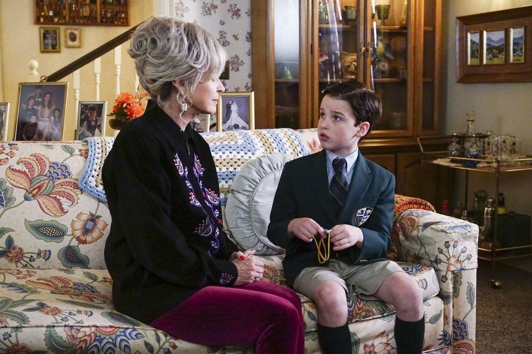 Wird sich Meemaw (Annie Potts, l.) dafür einsetzen, dass Sheldon (Iain Amitage, r.) nach Dallas auf eine Schule für Hochbegabte gehen kann? - Bildquelle: Warner Bros.