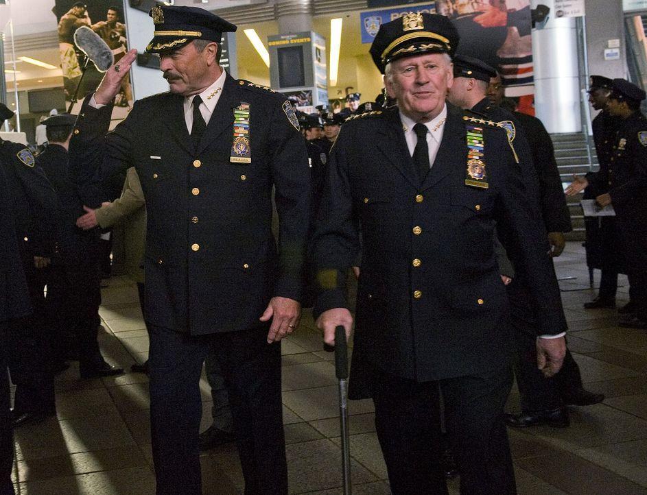 Schon sein Vater Henry (Len Cariou, r.) hatte den Job als New Yorker Polizei Chef ehe er in Ruhestand ging. Für Frank (Tom Selleck, l.) ist es eine... - Bildquelle: 2010 CBS Broadcasting Inc. All Rights Reserved