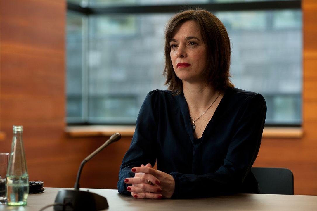 Staatsanwältin Lisa Suttner (Annika Kuhl) sitzt dieses Mal auf der anderen Seite der Anklagebank ... - Bildquelle: Britta Krehl SAT.1/Britta Krehl