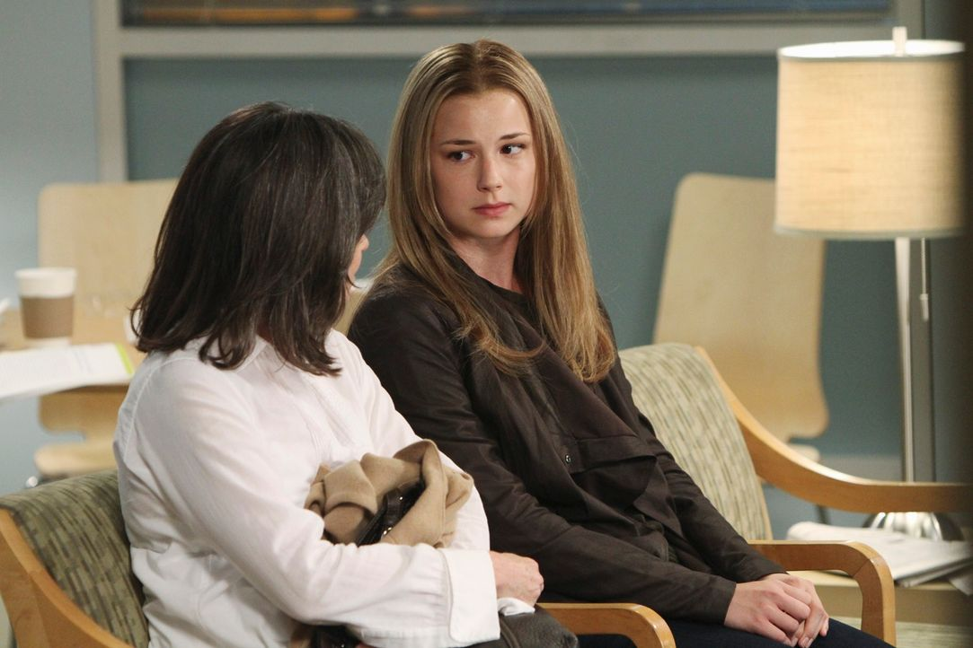 Rebecca (Emily VanCamp, r.) bittet Nora (Sally Field, l.) um Rat ... - Bildquelle: 2010 American Broadcasting Companies, Inc. All rights reserved.