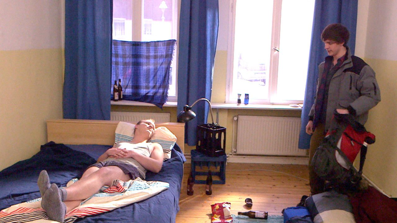 Spiel mit dem Feuer: Jeremy (l.) hat mit WG-Mitbewohnerin Mia Sex - Stress mit Rudi (r.) ist programmiert ... - Bildquelle: SAT.1