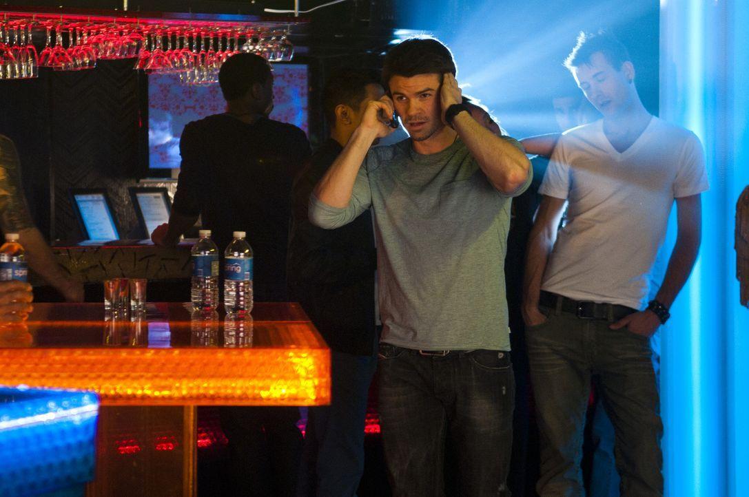 Während einer Party erhält Dr. Joel Goran (Daniel Gillies) einen Anruf: Es hat sich eine Schießerei im Krankenhaus ereignet ... - Bildquelle: 2012  Hope Zee One Inc.