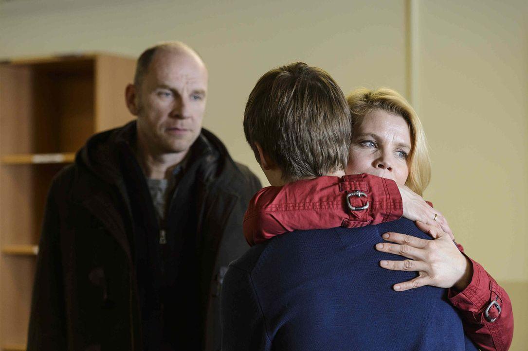 Endlich dürfen Claudia (Annette Frier, r.) und Ulli (Götz Schubert, l.) ihren 16-jährigen Sohn Daniel (Jonas Nay, M.) im Polizeipräsidium besuch... - Bildquelle: Willi Weber SAT.1