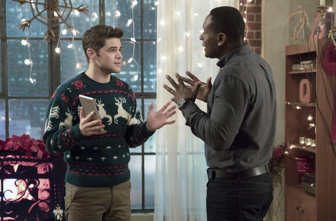 Noch ahnen Winn (Jeremy Jordan, l.) und J'onn (David Harewood, r.) nicht, dass ihre Weihnachtsfeiertage nicht so friedlich verlaufen werden wie geho... - Bildquelle: 2017 Warner Bros.
