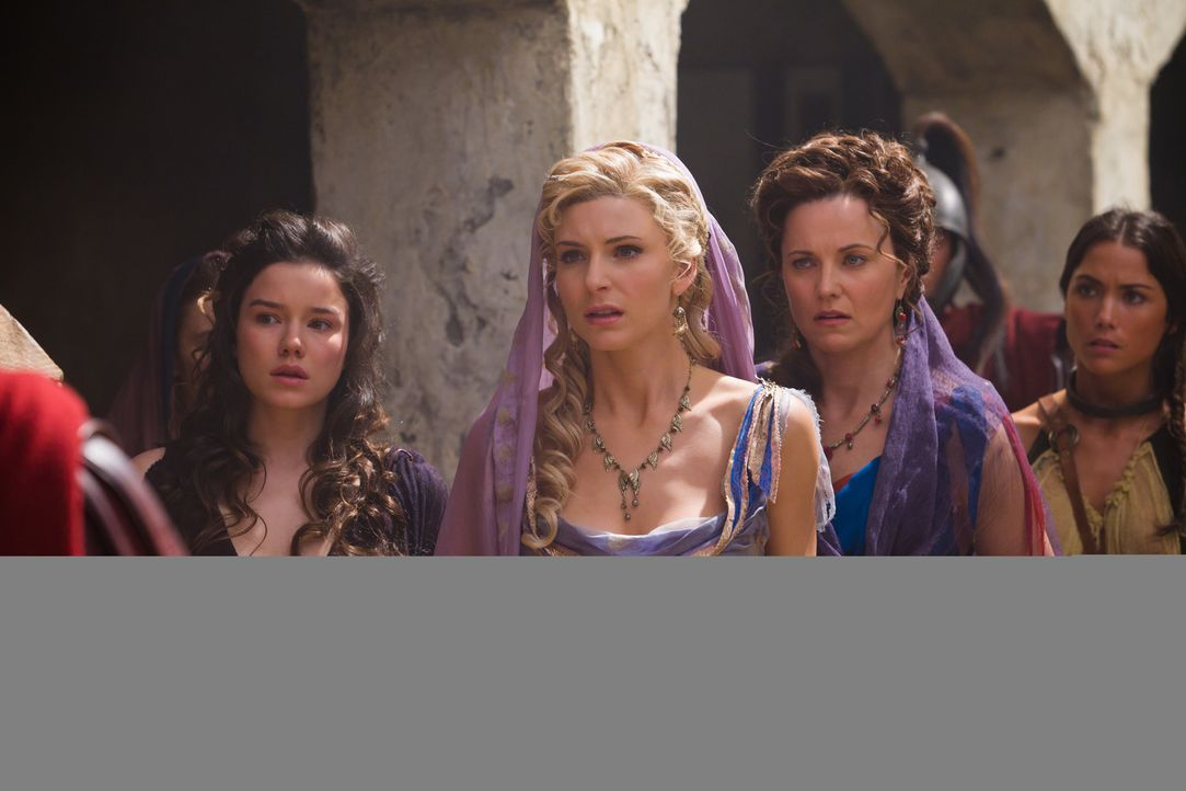 Ilithyia (Viva Bianca, 2.v.l.) und Lucretia (Lucy Lawless, 2.v.r.) können nicht glauben, wie sehr sich der ehemals entscheidungsschwache Praetor Gl... - Bildquelle: 2011 Starz Entertainment, LLC. All rights reserved.