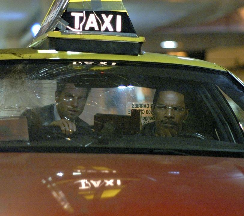 Schon bald gibt sich Max' (Jamie Foxx, r.) nächtlicher Fahrgast als Profikiller zu erkennen und zwingt Max, ihn von einem Mordort zum nächsten zu ch... - Bildquelle: TM &   Paramount Pictures. All Rights Reserved.