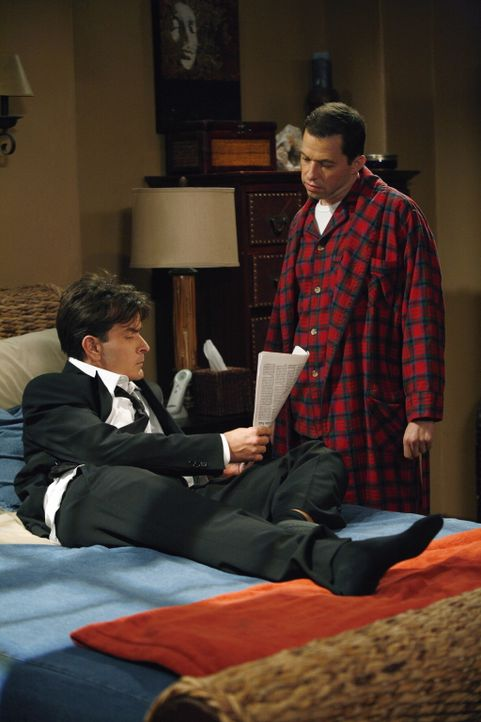 Alan (Jon Cryer, r.) zeigt seinem Bruder Charlie (Charlie Sheen, l.) einen Zeitungsartikel, in dem steht, dass seine Freundin Linda bei einem Banket... - Bildquelle: Warner Brothers Entertainment Inc.