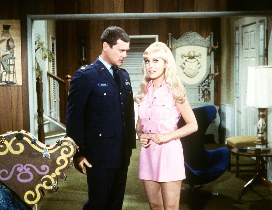 Tony (Larry Hagman, l.) und Jeannie (Barbara Eden, r.) werden heiraten. Als erstes Hochzeitsgeschenk trifft eine Nagelcouch von Onkel Yachmir ein. - Bildquelle: Columbia Pictures