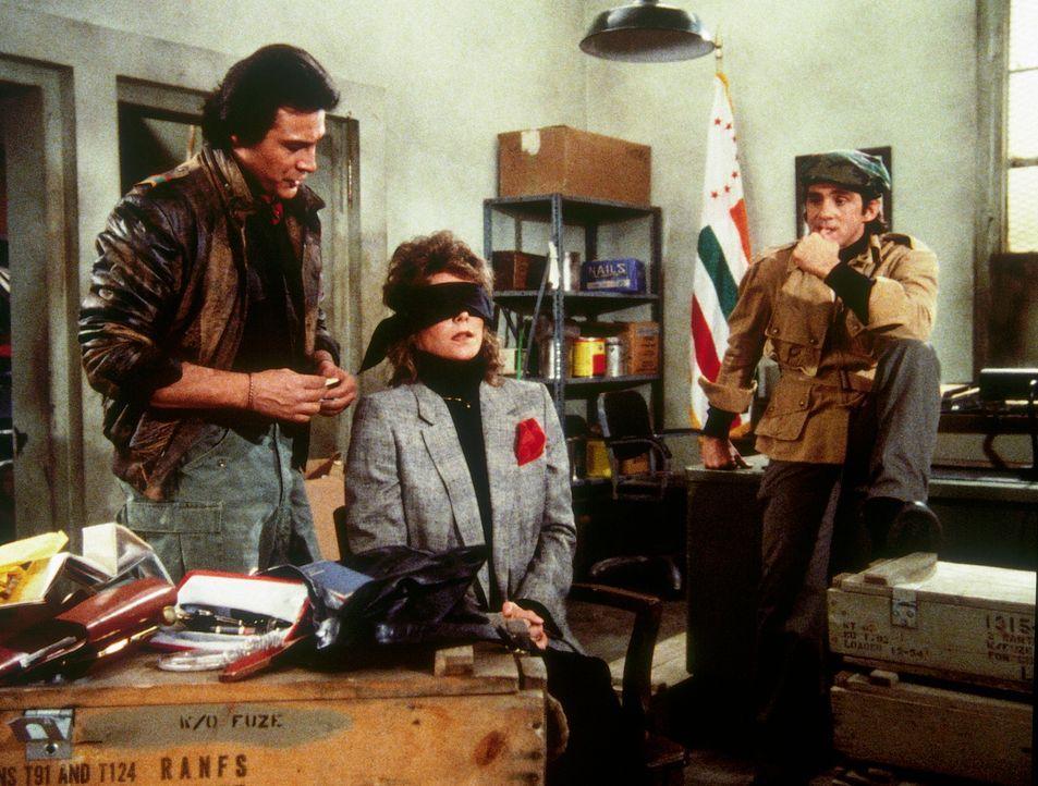 Amanda (Kate Jackson, M.) wird von den Guerillos El Lagarto (Richard Yniguez, l.) und Ramon (Pepe Serna, r.) gefangen gehalten ... - Bildquelle: CBS Television