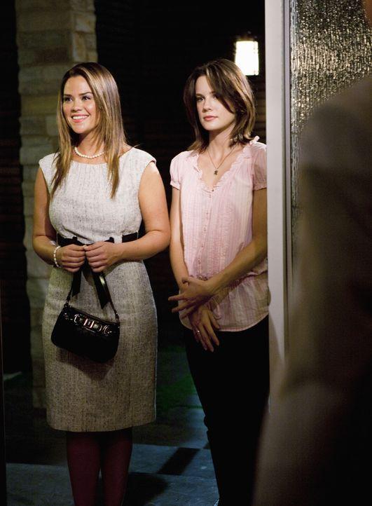 Chloe (Susan Ward, l.) und Emily (Chelsea Hobbs, r.) sind zu einem Essen bei Stevens Mutter eingeladen ... - Bildquelle: 2010 Disney Enterprises, Inc. All rights reserved.